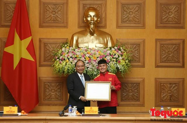 Thủ tướng Nguyễn Xuân Phúc: Đội tuyển Việt Nam là gam màu rất sáng đối với niềm tin của nhân dân trong phát triển thể thao của đất nước - Ảnh 10.