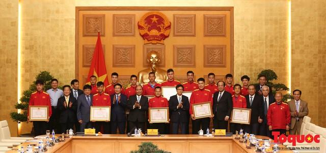 Thủ tướng Nguyễn Xuân Phúc: Đội tuyển Việt Nam là gam màu rất sáng đối với niềm tin của nhân dân trong phát triển thể thao của đất nước - Ảnh 11.