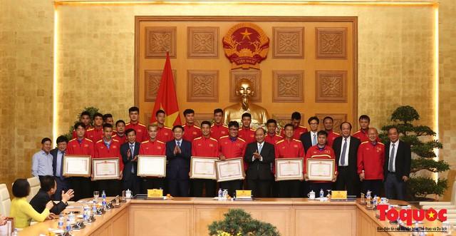 Thủ tướng Nguyễn Xuân Phúc: Đội tuyển Việt Nam là gam màu rất sáng đối với niềm tin của nhân dân trong phát triển thể thao của đất nước - Ảnh 12.