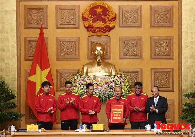 Thủ tướng Nguyễn Xuân Phúc: Đội tuyển Việt Nam là gam màu rất sáng đối với niềm tin của nhân dân trong phát triển thể thao của đất nước - Ảnh 14.