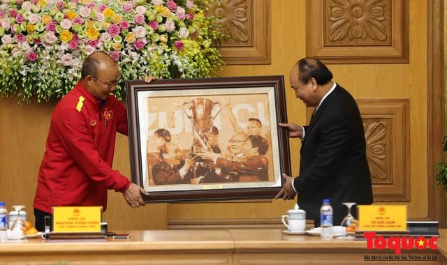 Thủ tướng Nguyễn Xuân Phúc: Đội tuyển Việt Nam là gam màu rất sáng đối với niềm tin của nhân dân trong phát triển thể thao của đất nước - Ảnh 16.