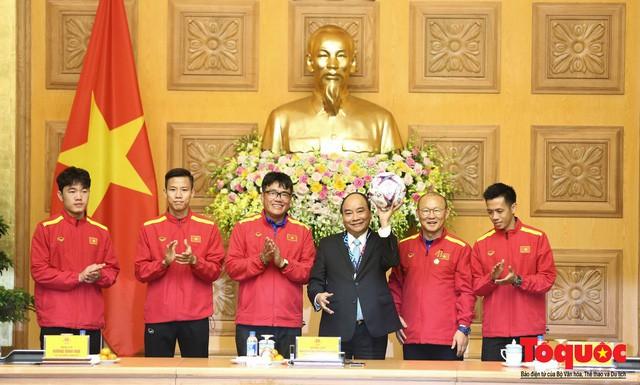 Thủ tướng Nguyễn Xuân Phúc: Đội tuyển Việt Nam là gam màu rất sáng đối với niềm tin của nhân dân trong phát triển thể thao của đất nước - Ảnh 17.