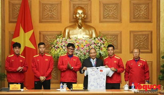 Thủ tướng Nguyễn Xuân Phúc: Đội tuyển Việt Nam là gam màu rất sáng đối với niềm tin của nhân dân trong phát triển thể thao của đất nước - Ảnh 18.