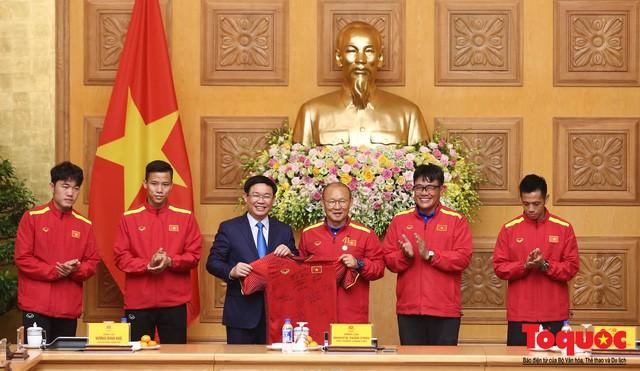 Thủ tướng Nguyễn Xuân Phúc: Đội tuyển Việt Nam là gam màu rất sáng đối với niềm tin của nhân dân trong phát triển thể thao của đất nước - Ảnh 19.