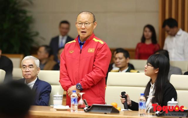 Thủ tướng Nguyễn Xuân Phúc: Đội tuyển Việt Nam là gam màu rất sáng đối với niềm tin của nhân dân trong phát triển thể thao của đất nước - Ảnh 4.