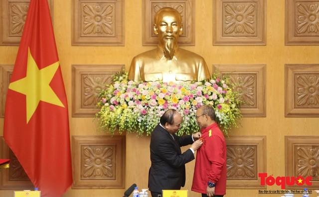 Thủ tướng Nguyễn Xuân Phúc: Đội tuyển Việt Nam là gam màu rất sáng đối với niềm tin của nhân dân trong phát triển thể thao của đất nước - Ảnh 7.