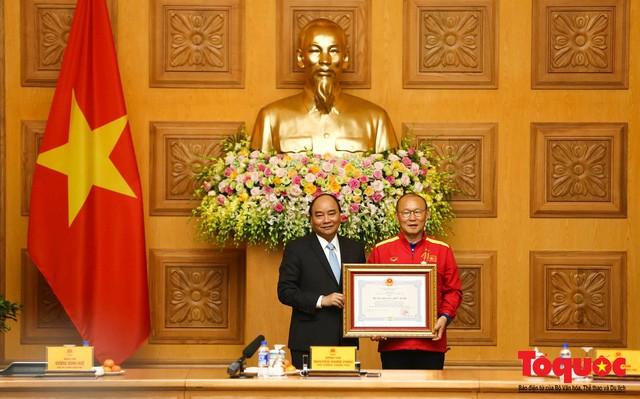 Thủ tướng Nguyễn Xuân Phúc: Đội tuyển Việt Nam là gam màu rất sáng đối với niềm tin của nhân dân trong phát triển thể thao của đất nước - Ảnh 8.
