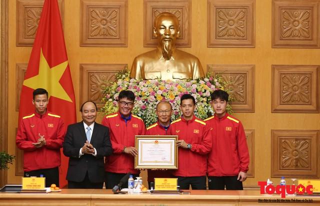 Thủ tướng Nguyễn Xuân Phúc: Đội tuyển Việt Nam là gam màu rất sáng đối với niềm tin của nhân dân trong phát triển thể thao của đất nước - Ảnh 9.