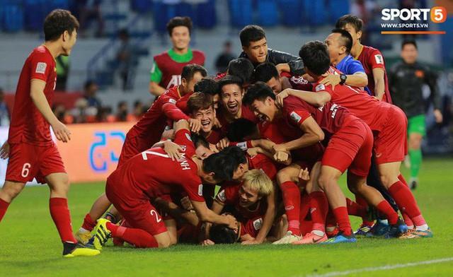 AFP, Reuters, Fox Sports Asia đồng loạt ngả mũ trước chiến thắng của Việt Nam - Ảnh 1.