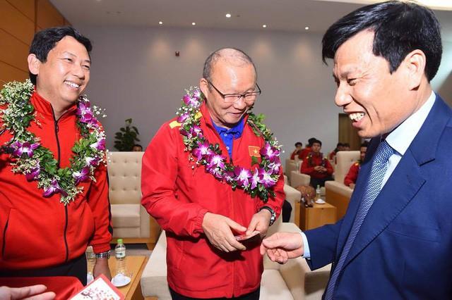Bộ trưởng Nguyễn Ngọc Thiện đón Đội tuyển Việt Nam - Ảnh 1.