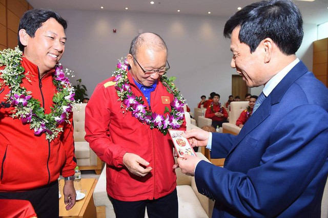Bộ trưởng Nguyễn Ngọc Thiện đón Đội tuyển Việt Nam - Ảnh 2.