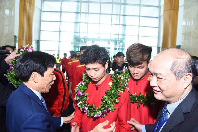 Bộ trưởng Nguyễn Ngọc Thiện đón Đội tuyển Việt Nam - Ảnh 3.