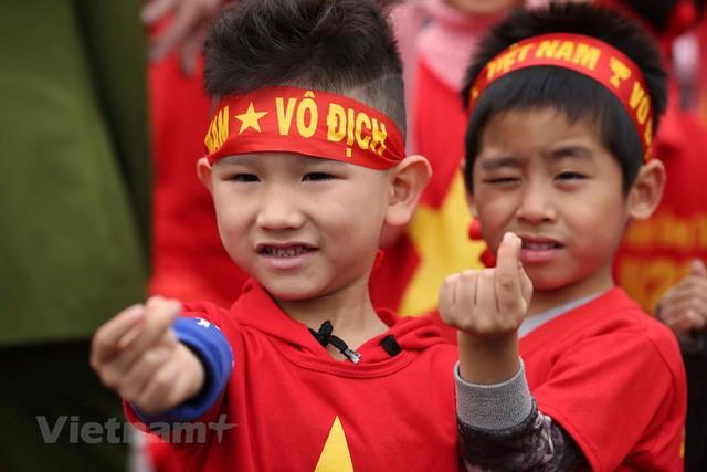 Đội tuyển Việt Nam đã về tới sân bay Nội Bài, đông đảo người hâm mộ chờ đón - Ảnh 3.