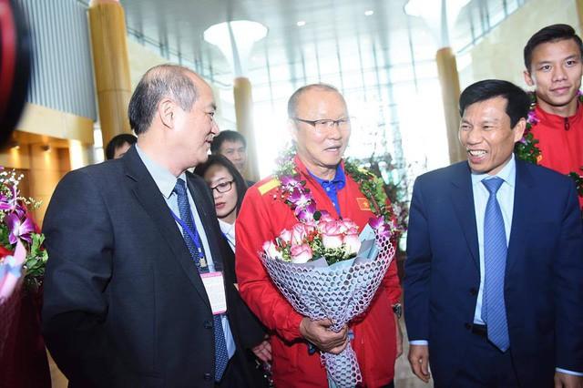 Bộ trưởng Nguyễn Ngọc Thiện đón Đội tuyển Việt Nam - Ảnh 4.