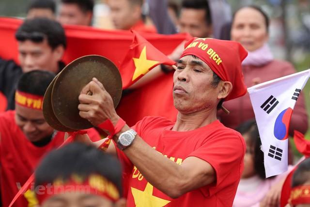 Đội tuyển Việt Nam đã về tới sân bay Nội Bài, đông đảo người hâm mộ chờ đón - Ảnh 4.