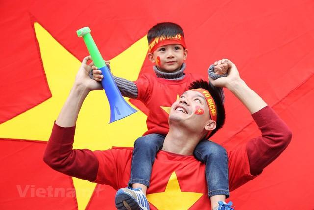 Đội tuyển Việt Nam đã về tới sân bay Nội Bài, đông đảo người hâm mộ chờ đón - Ảnh 6.