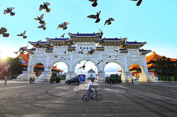 TCDL yêu cầu ngăn chặn các hình thức lợi dụng du lịch để đưa người Việt Nam ra nước ngoài trái phép - Ảnh 1.