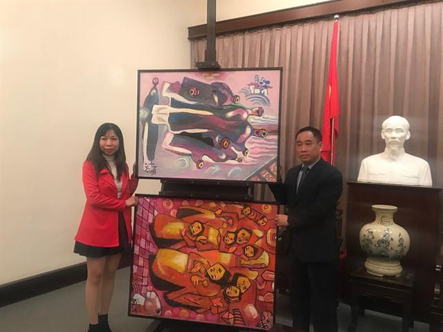 Bảo tàng Mỹ thuật Việt Nam tiếp nhận tranh của họa sĩ Việt kiều Mỹ - Ảnh 1.