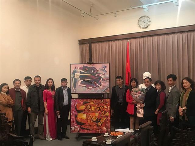 Bảo tàng Mỹ thuật Việt Nam tiếp nhận tranh của họa sĩ Việt kiều Mỹ - Ảnh 5.