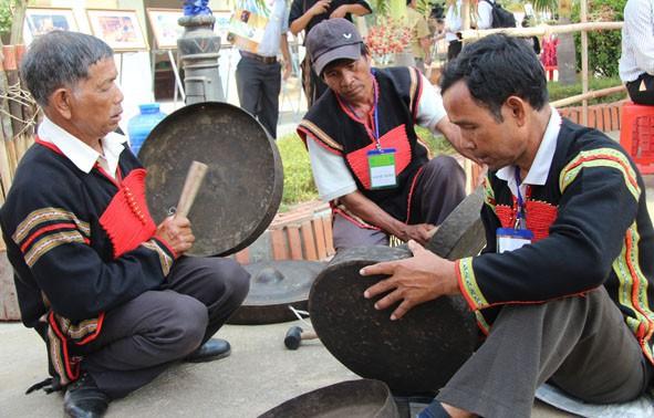Truyền dạy đánh chiêng và nhạc cụ dân tộc - Ảnh 1.