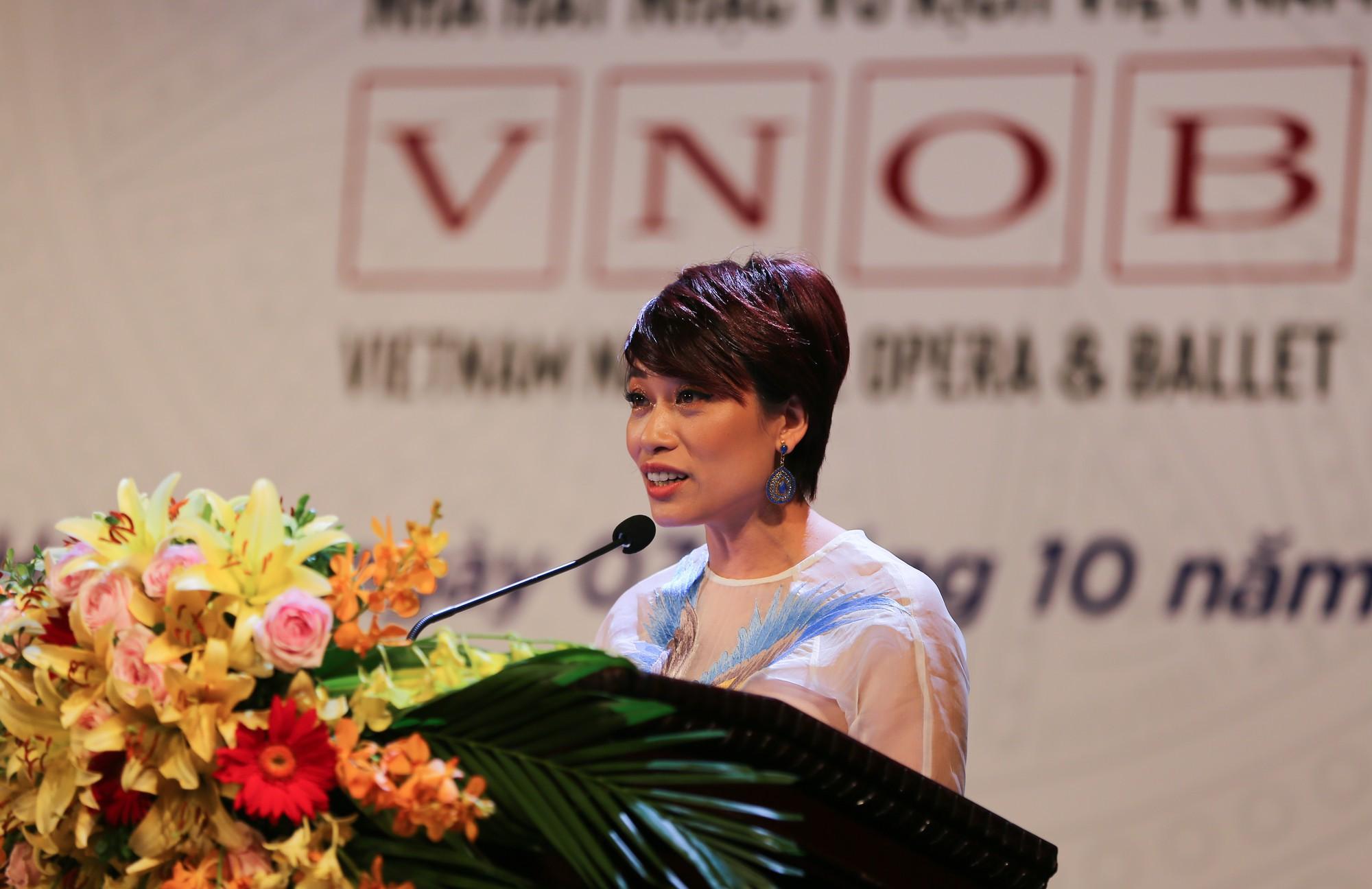 NSƯT Trần Ly Ly, Quyền Giám đốc Nhà hát Nhạc Vũ Kịch Việt Nam đọc diễn văn chào mừng buổi lễ.