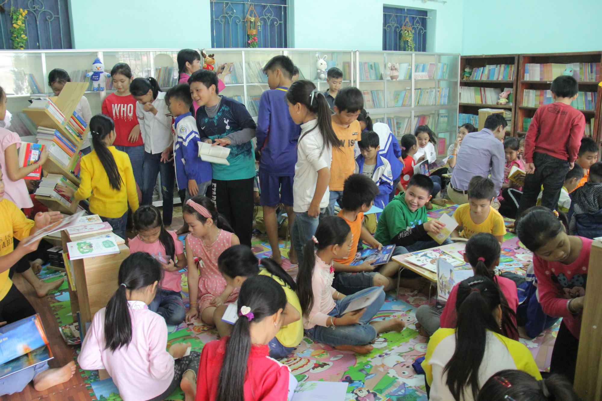 Trao tặng hơn 4.000 đầu sách cho các thư viện, trường học tỉnh Hòa Bình - Ảnh 10.
