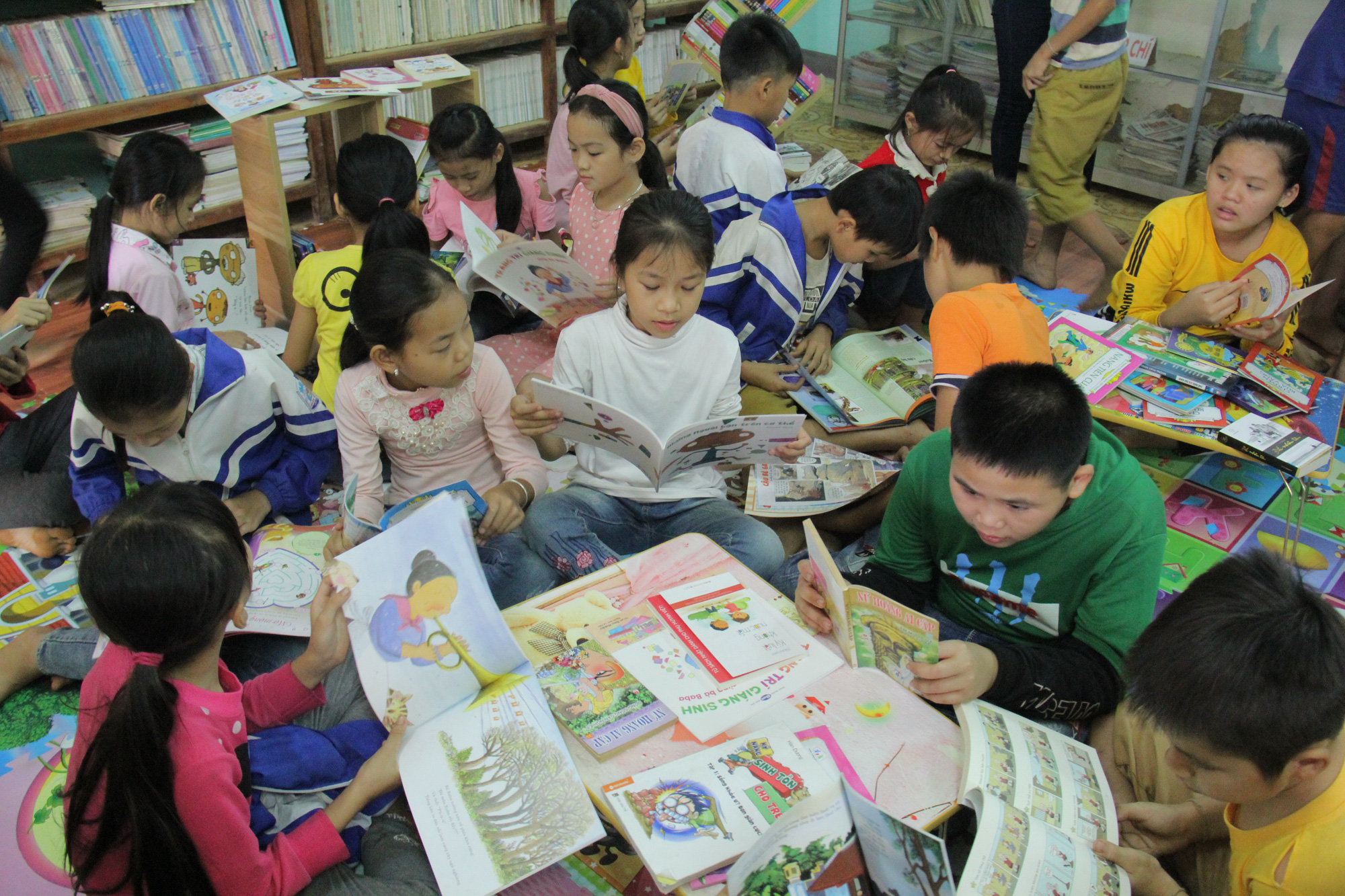 Trao tặng hơn 4.000 đầu sách cho các thư viện, trường học tỉnh Hòa Bình - Ảnh 9.