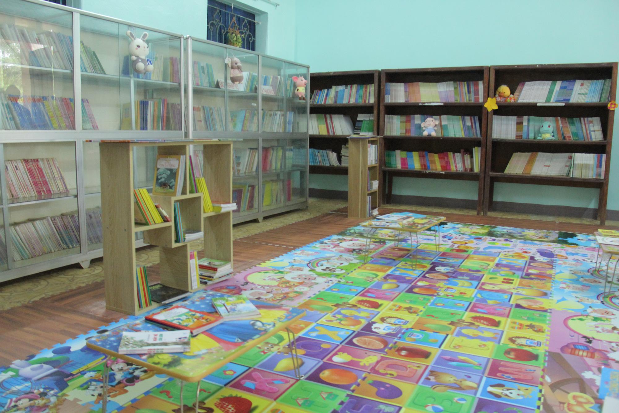 Trao tặng hơn 4.000 đầu sách cho các thư viện, trường học tỉnh Hòa Bình - Ảnh 8.