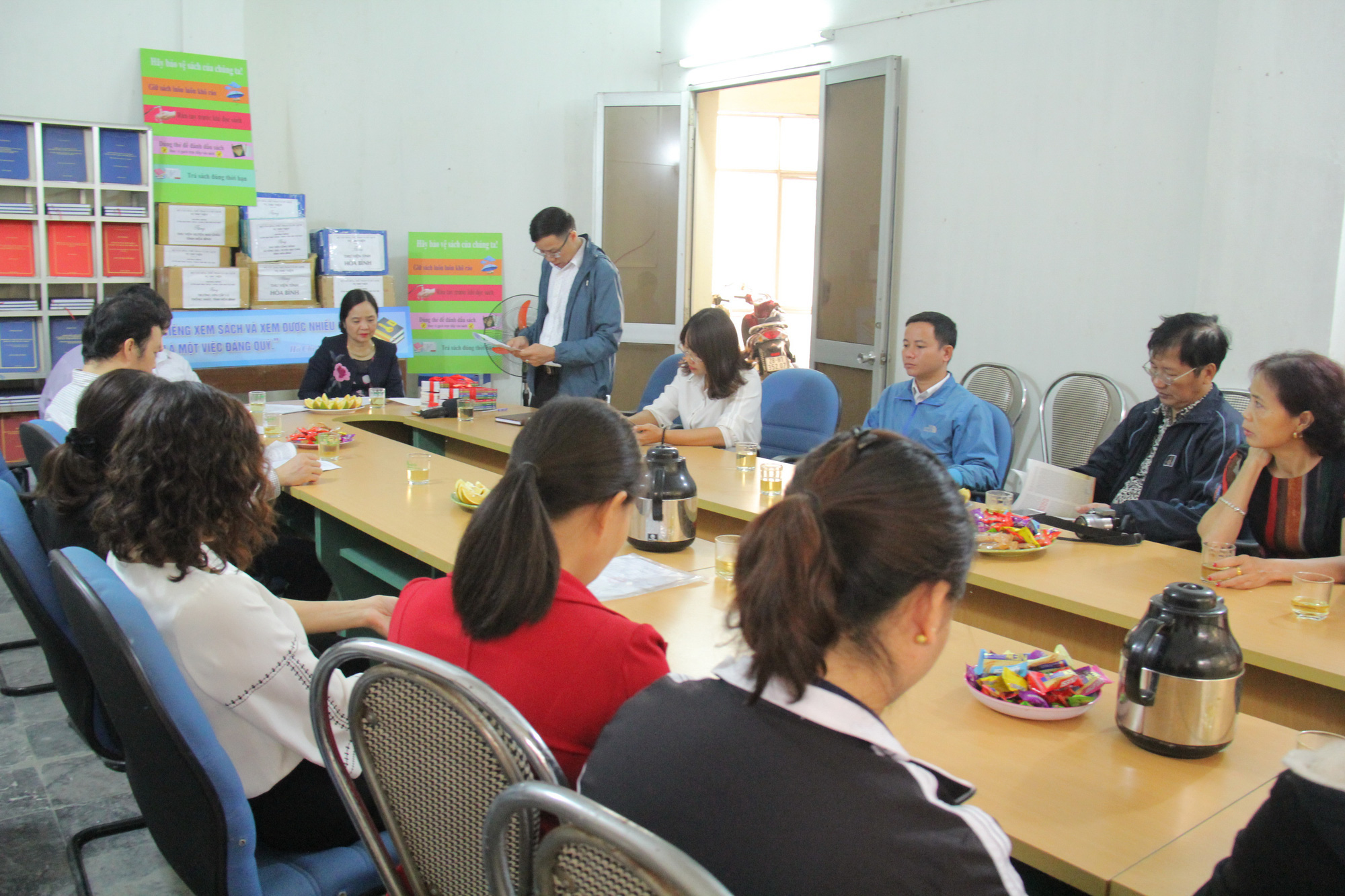 Trao tặng hơn 4.000 đầu sách cho các thư viện, trường học tỉnh Hòa Bình - Ảnh 1.