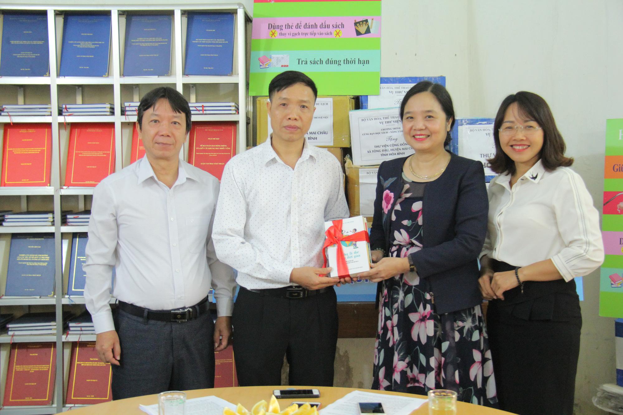 Trao tặng hơn 4.000 đầu sách cho các thư viện, trường học tỉnh Hòa Bình - Ảnh 2.