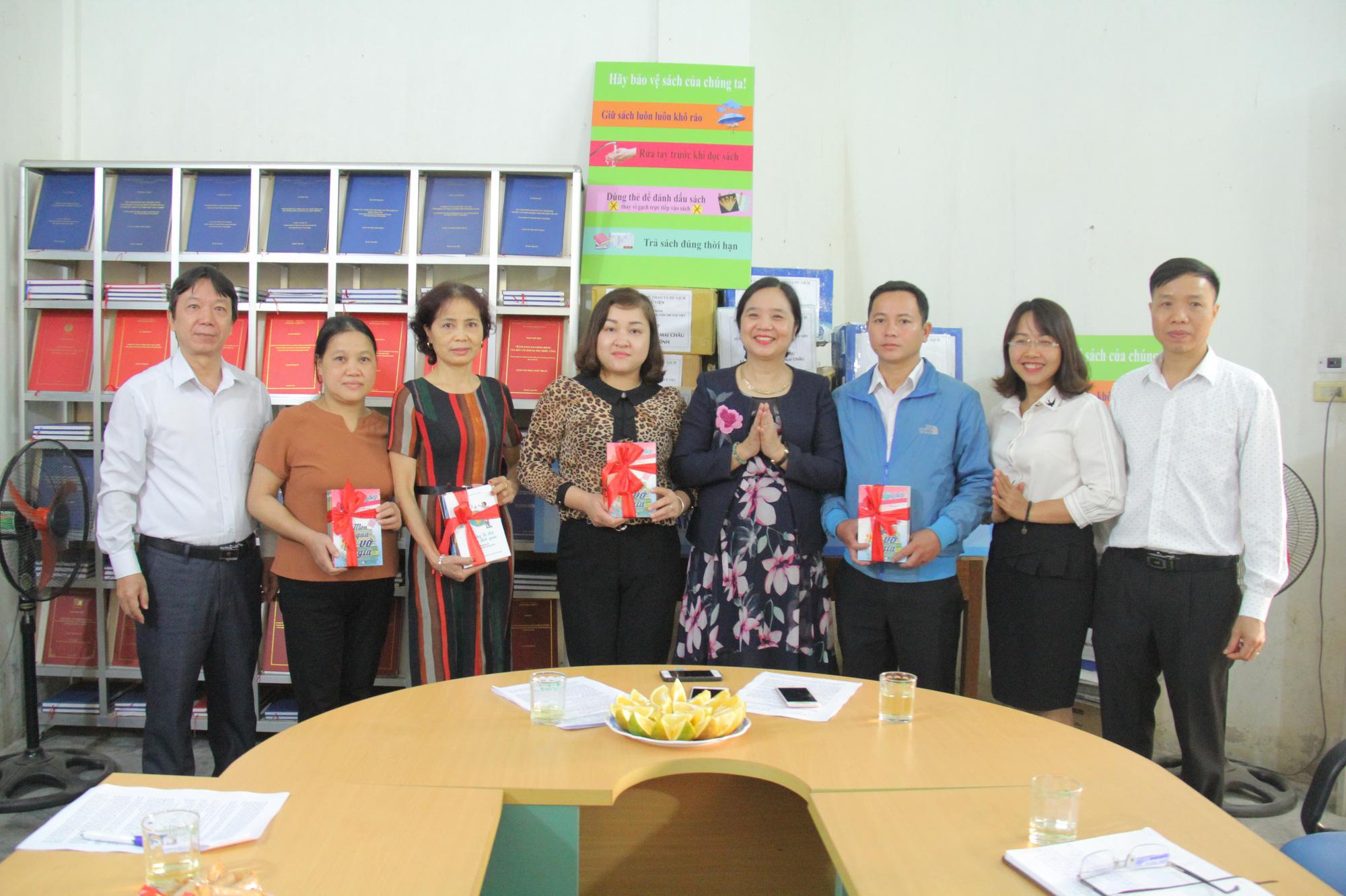 Trao tặng hơn 4.000 đầu sách cho các thư viện, trường học tỉnh Hòa Bình - Ảnh 3.