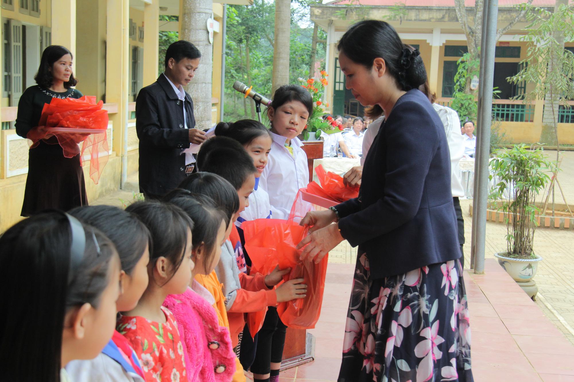 Trao tặng hơn 4.000 đầu sách cho các thư viện, trường học tỉnh Hòa Bình - Ảnh 4.