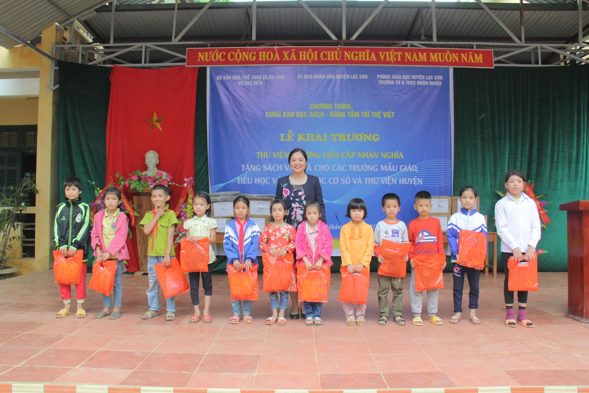 Trao tặng hơn 4.000 đầu sách cho các thư viện, trường học tỉnh Hòa Bình - Ảnh 6.