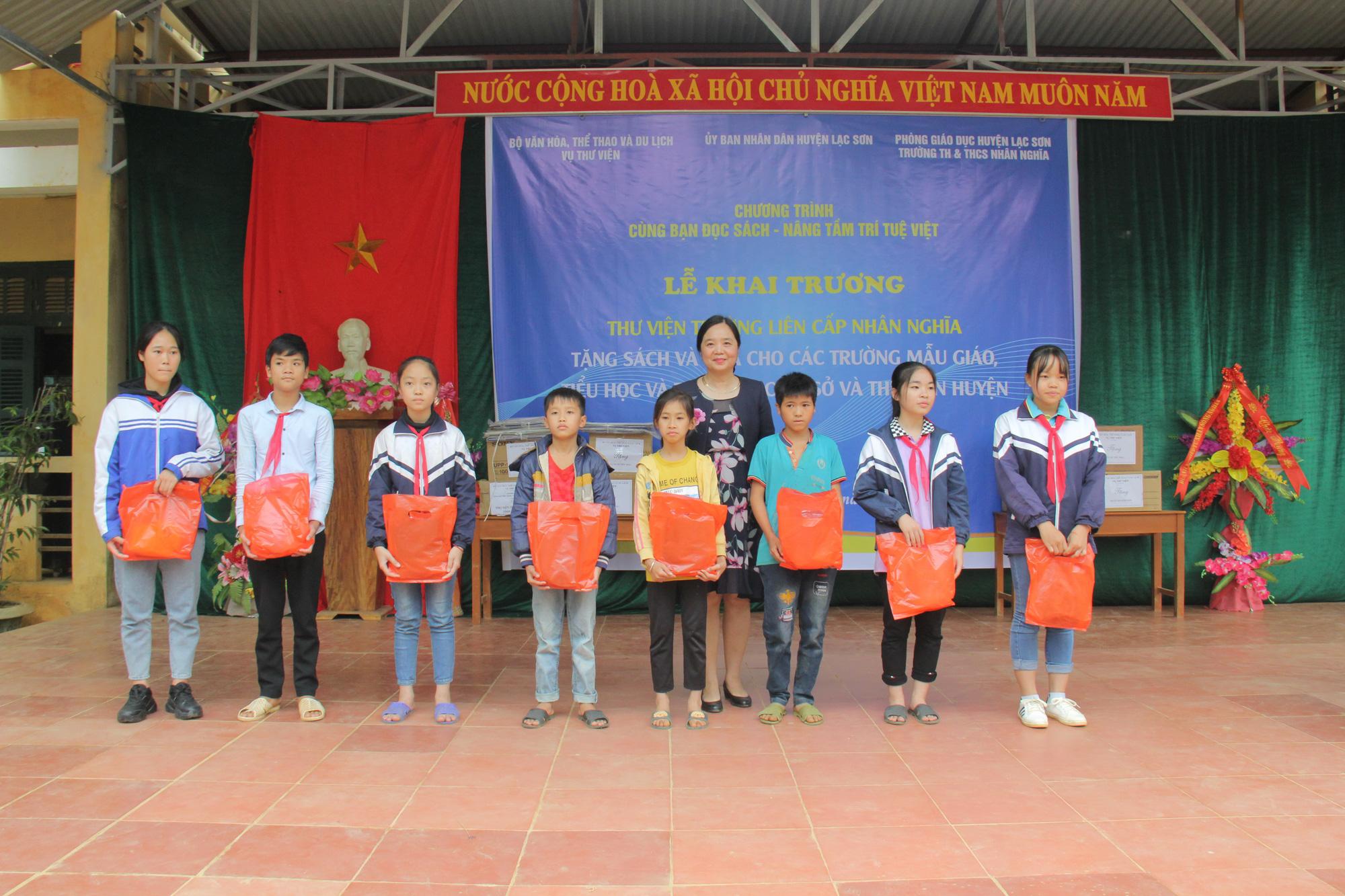 Trao tặng hơn 4.000 đầu sách cho các thư viện, trường học tỉnh Hòa Bình - Ảnh 5.
