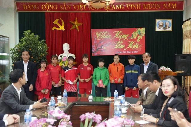 Chủ tịch Liên đoàn bóng đá Việt Nam Lê Khánh Hải tặng quà cho Đội tuyển bóng đá nữ Thái Nguyên - Ảnh 3.