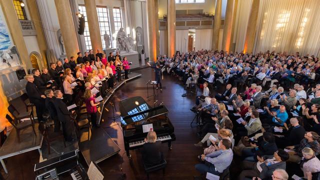 Dàn đồng ca hay nhất Thụy Điển biểu diễn tại Hà Nội - Ảnh 1.