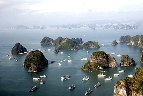 Khám phá kỳ quan thiên nhiên thế giới Vịnh Hạ Long bằng máy bay trực thăng - Ảnh 1.