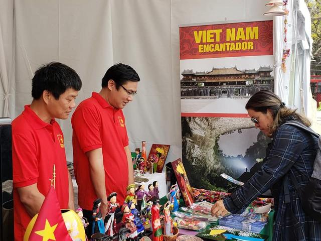 Gian hàng Việt Nam được rất nhiều bạn Mexico yêu thích tại Lễ hội Phương Đông - Ảnh 3.