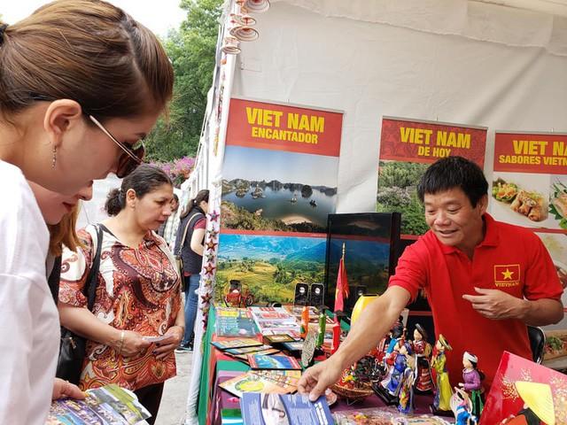 Gian hàng Việt Nam được rất nhiều bạn Mexico yêu thích tại Lễ hội Phương Đông - Ảnh 4.