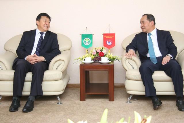 Thứ trưởng Bộ VHTTDL, Chủ tịch VFF Lê Khánh Hải tiếp Chủ tịch Liên đoàn bóng đá Trung Quốc - Ảnh 1.