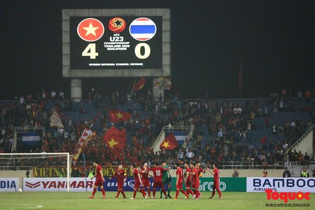 Thủ tướng, Chủ tịch Quốc hội xuống sân chúc mừng chiến thắng của đội tuyển U23 Việt Nam - Ảnh 1.