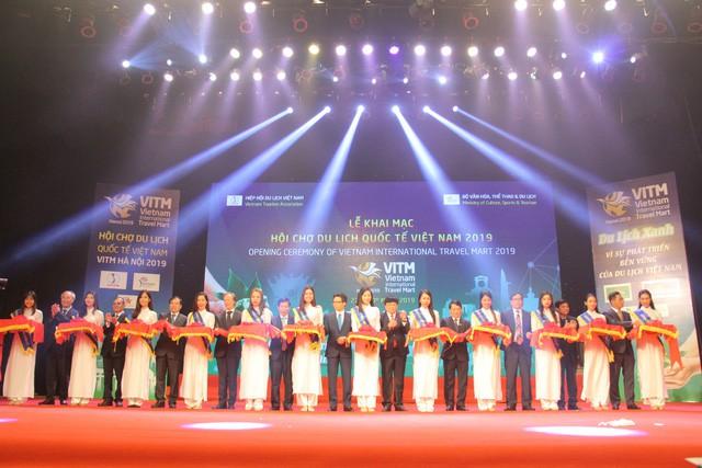 Phó Thủ tướng Vũ Đức Đam và lãnh đạo các bộ ngành cắt băng khai mạc VITM Hà Nội 2019