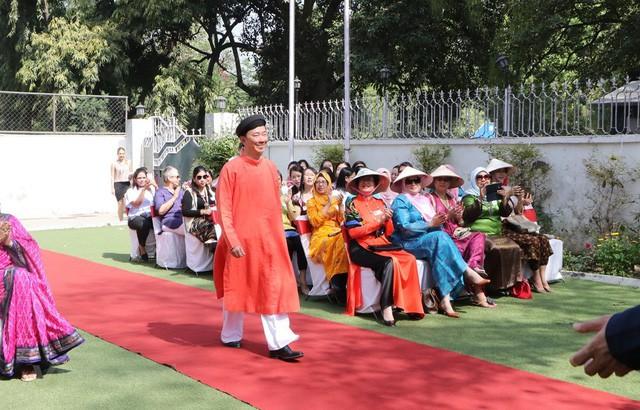 Vẻ đẹp áo dài Việt Nam gây ấn tượng mạnh với bạn bè ASEAN và Ấn Độ - Ảnh 1.