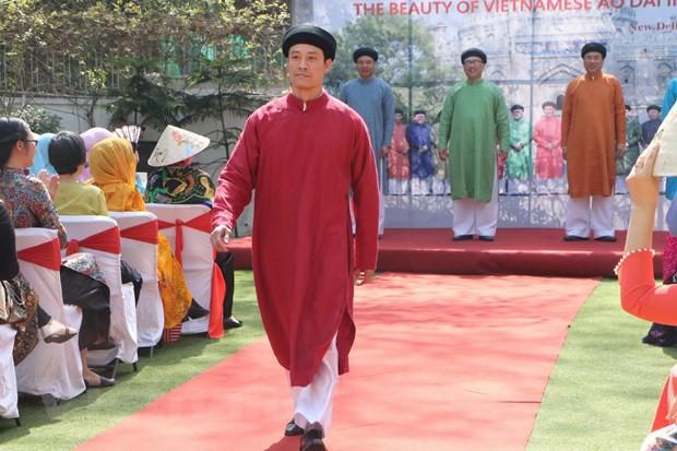 Vẻ đẹp áo dài Việt Nam gây ấn tượng mạnh với bạn bè ASEAN và Ấn Độ - Ảnh 2.