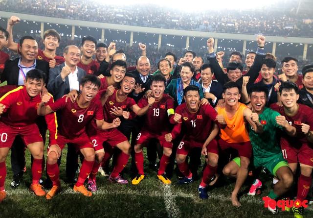 Thủ tướng, Chủ tịch Quốc hội xuống sân chúc mừng chiến thắng của đội tuyển U23 Việt Nam - Ảnh 2.