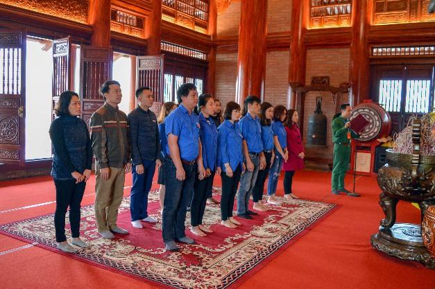Đoàn Thanh niên Bảo tàng Văn hóa các dân tộc Việt Nam dâng hương tưởng niệm tại khu di tích lịch sử Đại đội TNXP 915 - Ảnh 1.