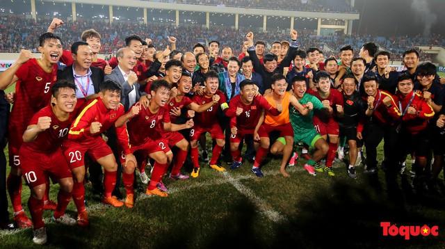 Thủ tướng, Chủ tịch Quốc hội xuống sân chúc mừng chiến thắng của đội tuyển U23 Việt Nam - Ảnh 3.