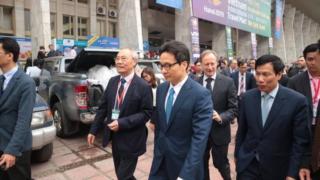 Phó Thủ tướng Vũ Đức Đam cùng Bộ Trưởng Nguyễn Ngọc Thiện và các đại biểu thăm quan một số gian hàng tại hội chợ