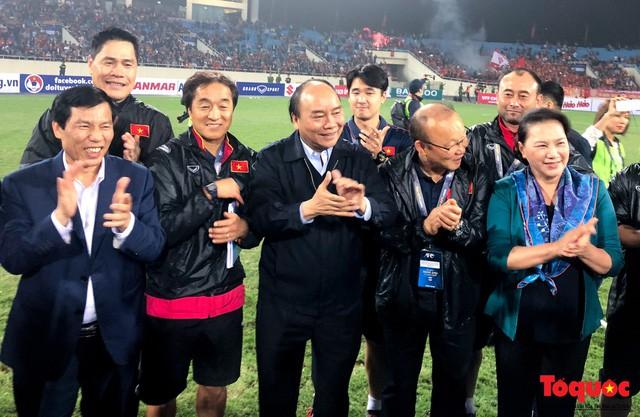 Thủ tướng, Chủ tịch Quốc hội xuống sân chúc mừng chiến thắng của đội tuyển U23 Việt Nam - Ảnh 4.