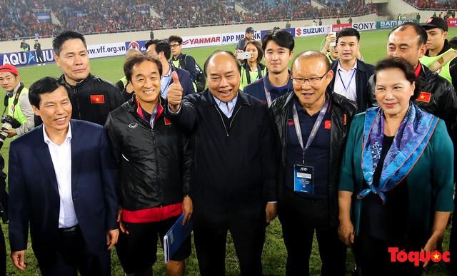 Thủ tướng, Chủ tịch Quốc hội xuống sân chúc mừng chiến thắng của đội tuyển U23 Việt Nam - Ảnh 5.
